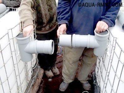 Труба, соединяющая обе емкости, снабжается тройниками