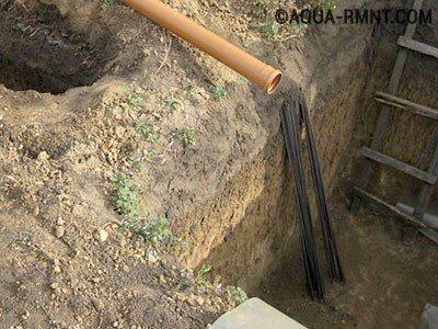 Вставка в бетонный септик трубы выходящей из дома