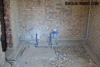 В частном доме при использовании коллекторной схемы водопроводные трубы можно спрятать даже под стяжку