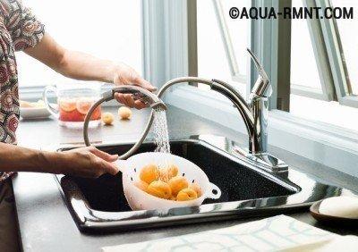 Смеситель-душ удобен для использования в мойках с двумя чашами