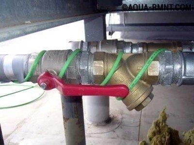 Греющий кабель располагают вдоль трубы волнистой линией