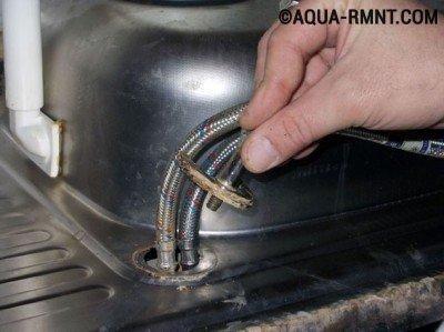 Отсоединение смесителя от мойки