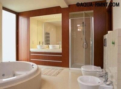 Санузел с душевой кабиной и ванной