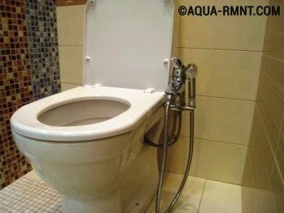 Унитаз с установленным под крышку гигиеническим душем