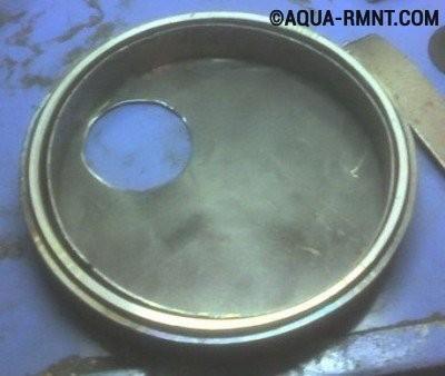 По краю дверцы печи Булерьян приваривают два металлических кольца