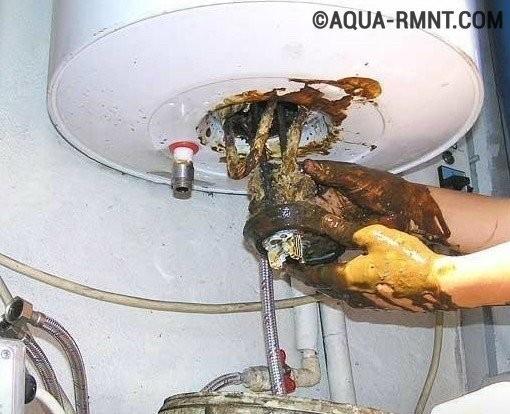 Извлечение нагревательного элемента из корпуса водонагревателя