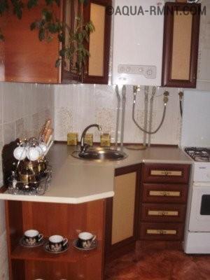 Газовый котёл рядом с кухонным гарнитуром фото