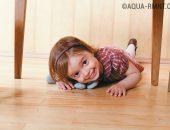 Маленькая девочка лежит на полу