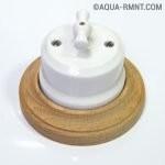 Поворотный выключатель с белым корпусом и основанием «под дерево»