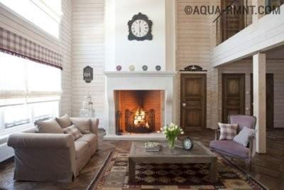 Гостиная в деревянном доме использует все преимущества второго света