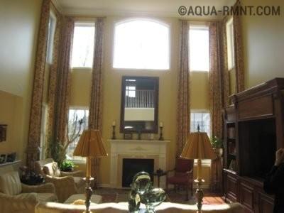 Классические шторы на окнах двухсветной гостиной