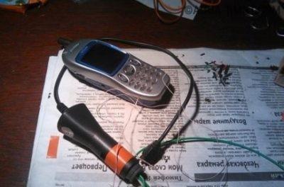 Подключённый к зарядке мобильный телефон