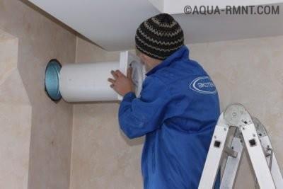 Монтаж воздуховода в подготовленное отверстие в стене