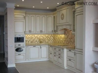 Встраиваемая проточная вытяжка в кухне во французском стиле