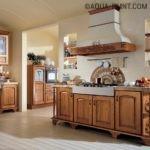 Вытяжка и кухонная мебель в стиле кантри