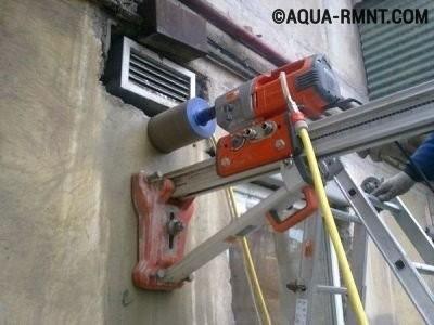 Просверливание отверстия в бетонной стене для вентиляции