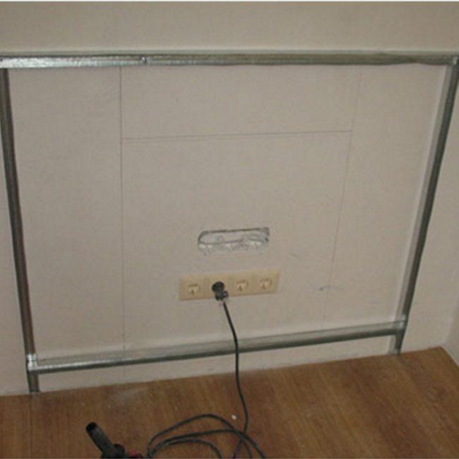 Металлические профили, закрепленные на стене