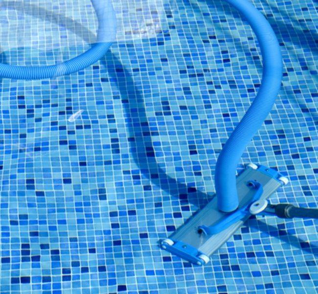 Чистка бассейна специальным оборудованием