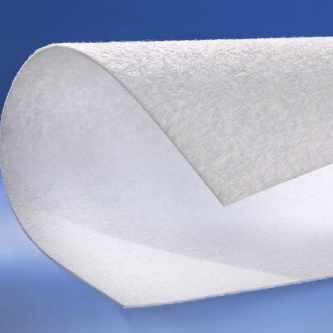 Нетканый геотекстиль белого цвета