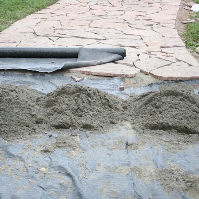 Укладка садовой дорожки на геотекстиль
