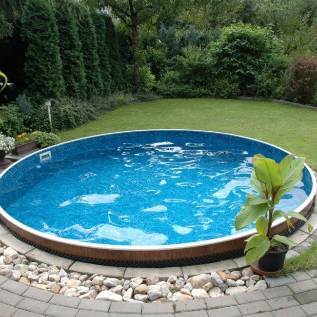 Круглый бассейн на приусадебном участке