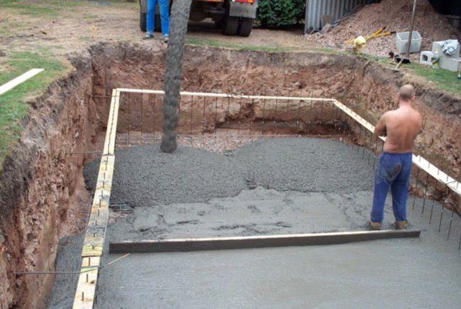 Заливка бетона в котлован для бассейна