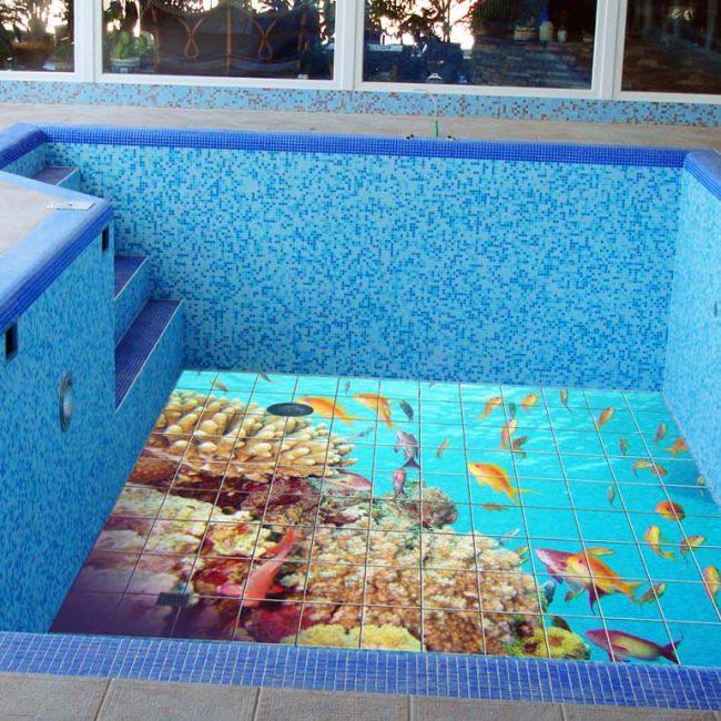 Пустой бассейн, облицованный керамической плиткой