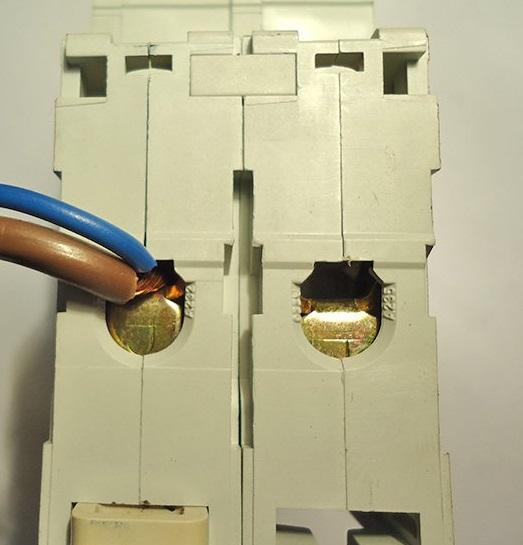 Фиксиция проводов в клеммной колодке
