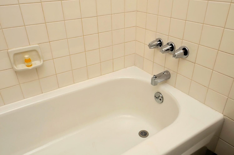 Как самостоятельно выполнить чистку слива ванны и раковины