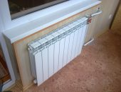 Радиатор отопления установлен под окном