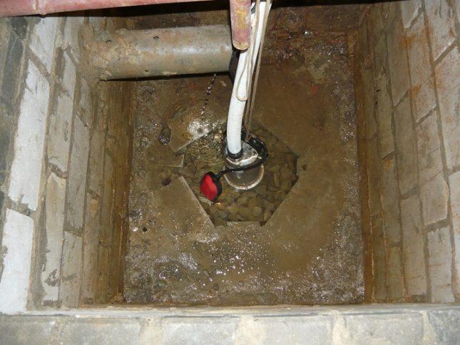 Откачка воды с помощью дренажного насоса