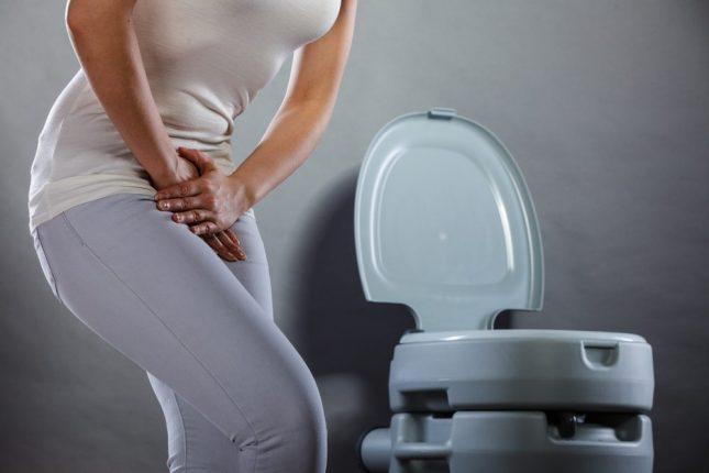 женщина рядом с туалетом