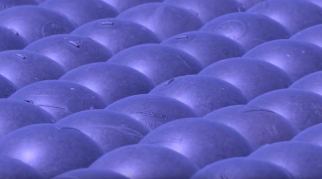 Синие пластиковые шарики