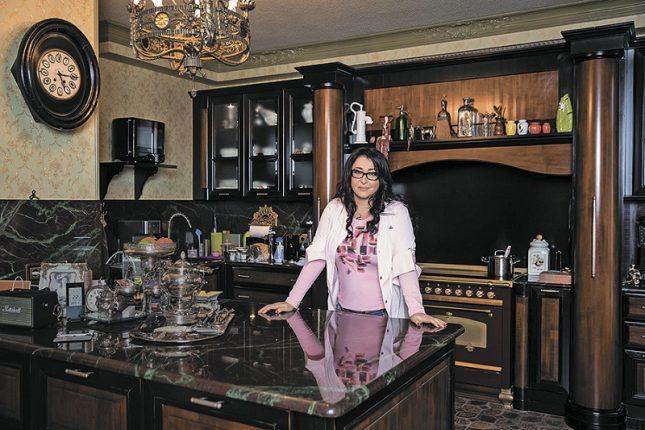 Лолита Милявская в своей квартире