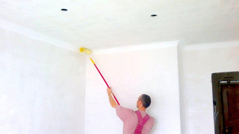 Красим потолок водоэмульсионкой — секреты малярного искусства