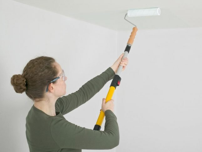 Покраска потолка длинным валиком