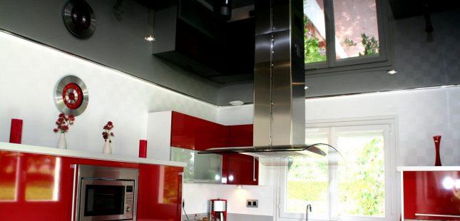 Чёрный потолок на кухне