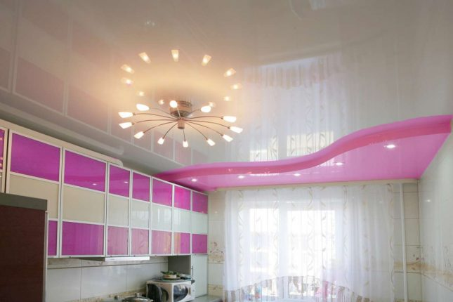 Глянцевый розово-белый потолок