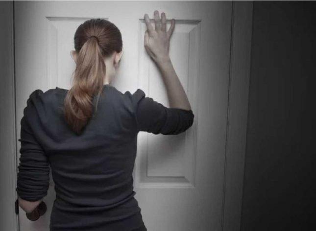 Девушка перед закрытой дверью