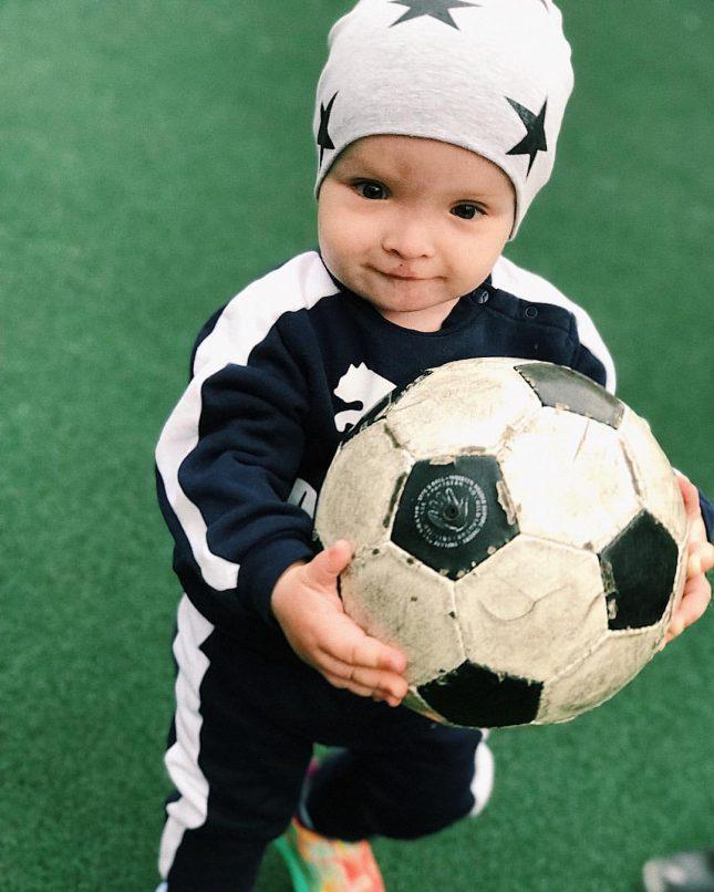 Ребёнок с мячом