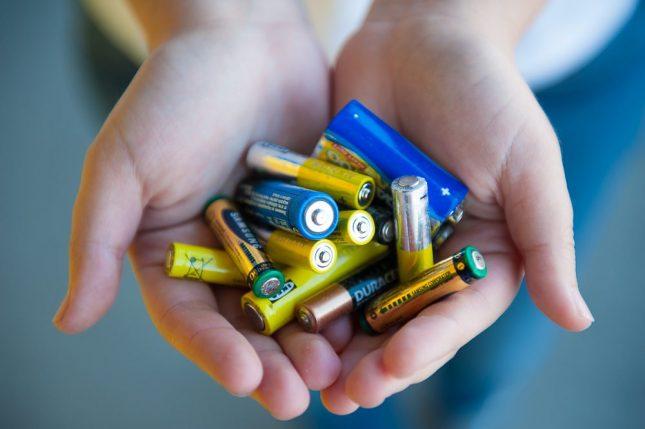 батарейки в руках