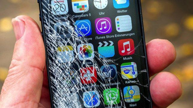 смартфон с разбитым стеклом