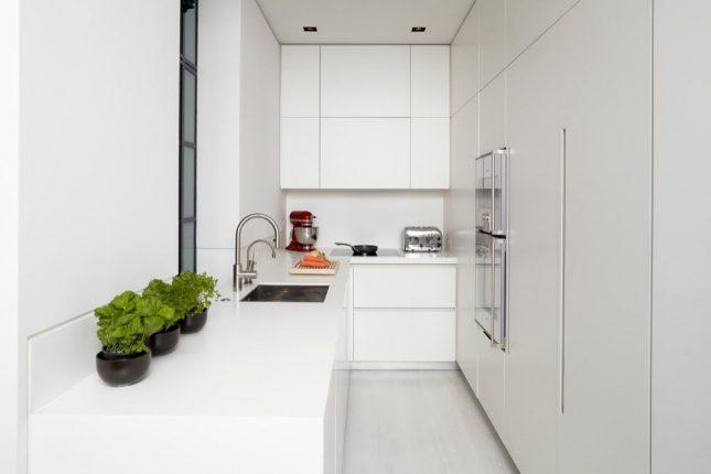 Стерильно-белая маленькая кухня