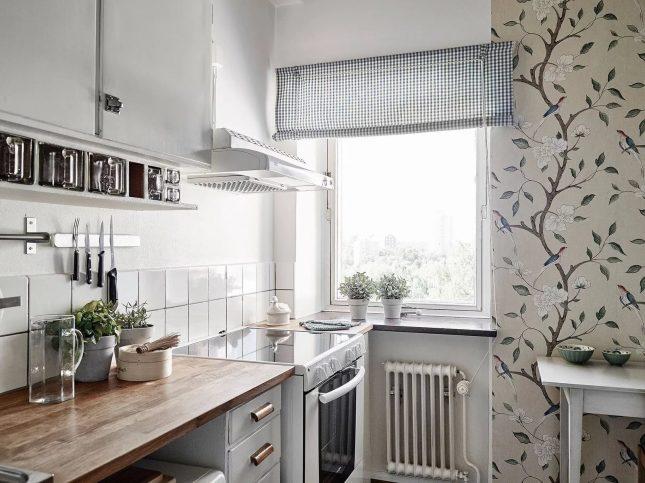 Светлые глянцевые обои на маленькой кухне