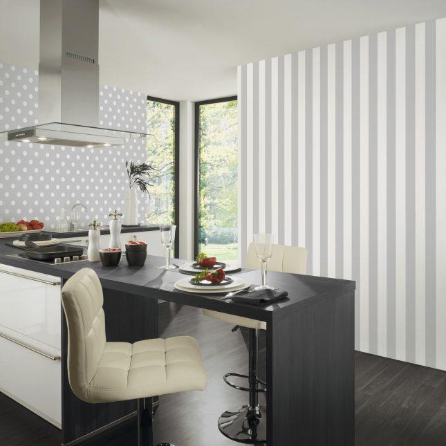 Маленькая кухня с обоями в вертикальную полоску