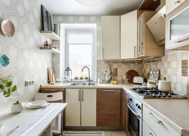 Геометрический принт обоев на маленькой кухне