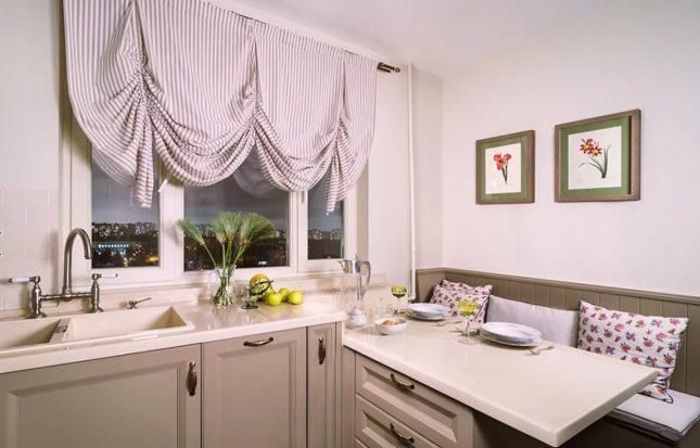 Пастельные розоватые оттенки обоев на маленькой кухне