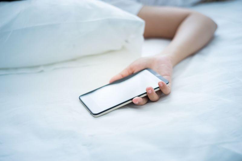 Почему нельзя класть телефон под подушку