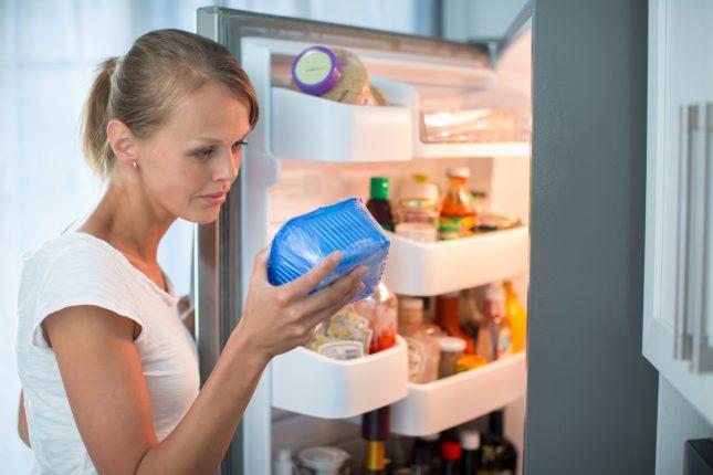 Девушка, холодильник, контейнер с продуктами