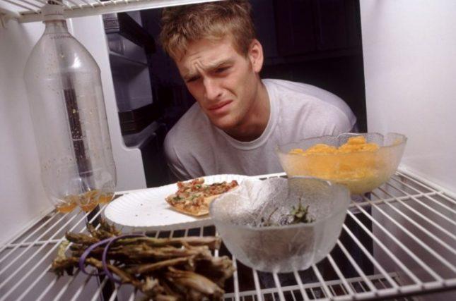 Парень, холодильник, испорченные продукты